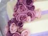 14-svatebn-dort-s-modelovanmi-fialovmi-a-rovmi-remi
